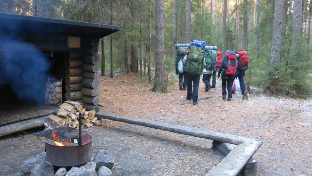 Jätimme seuraaville valmiin tulen ja paljon puita.